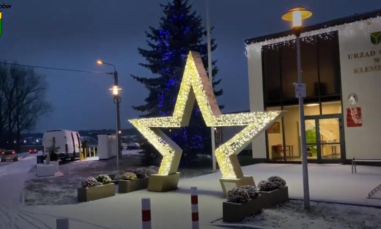 Zdjęcie Urzędu Gminy Klembów w scenerii zimowej z rozświetloną gwiazdą przed budynkiem