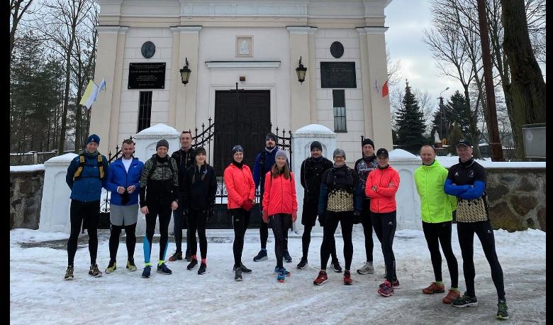 Grupa biegaczy na tle kościoła w Klembowie