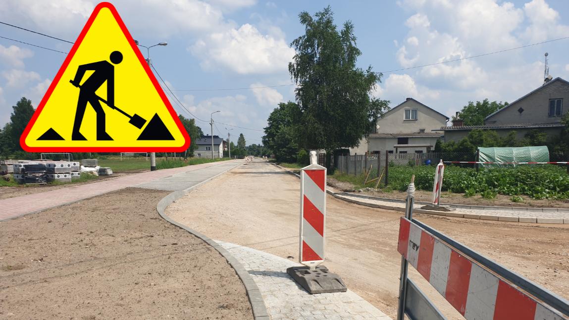 """Zdjęcie przedstawia ul. Słoneczną w Klembowie plus znak drogowy """"roboty drogowe""""."""