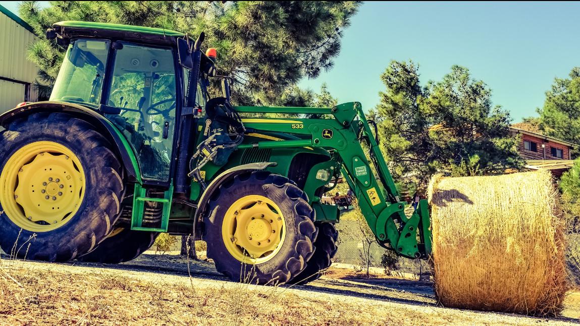 Zdjęcie przedstawia pracujący traktor.