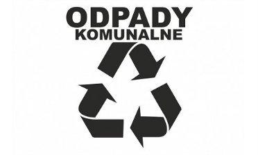 Na zdjęciu znajduje się napis odpady komunalne i znak recykling.